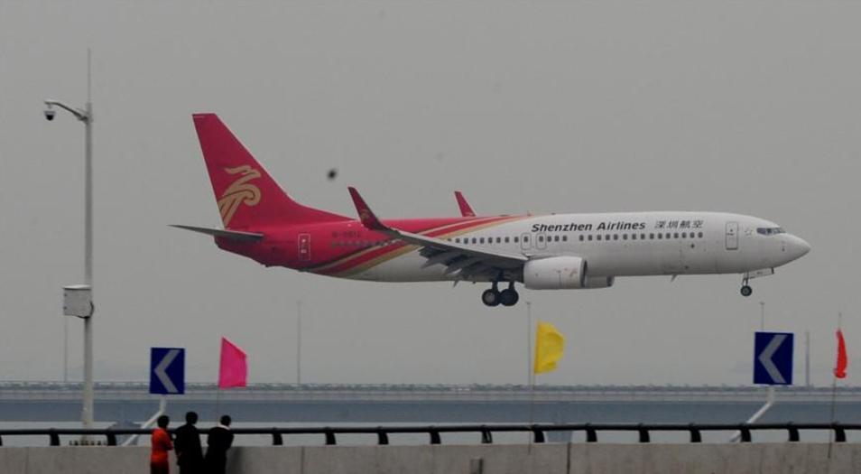 11月27日下午,深圳宝安国际机场新旧航站楼转场,由南航合肥飞抵深圳的CZ3566航班将于21:05分最后一个航班到港,原A、B候机楼将于当晚22时停止使用。新航站楼将于28日6时正式投入运营,7时深圳航空ZH9853航班首航呼和浩特。深圳新航站楼设有近机位62个,转场后年吞吐量可达4500万人次。中新社发 陈文 摄