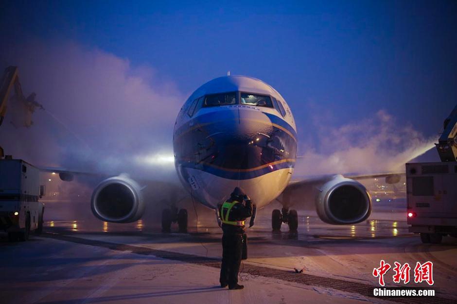 乌鲁木齐迎最强寒流 飞机除冰保证飞行安全