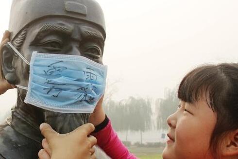 河北广平小学生给校内雕像戴口罩呼吁关注雾霾