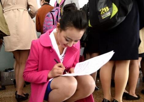 300的空姐_济南300少女应聘空姐 走廊里更衣换鞋