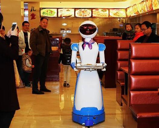 机器人送餐餐厅亮相浙江慈溪