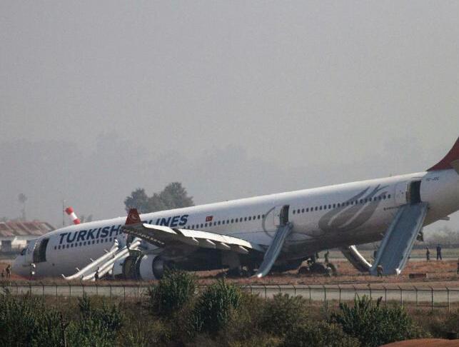 """土耳其一航班在尼泊尔国际机场冲出跑道"""""""