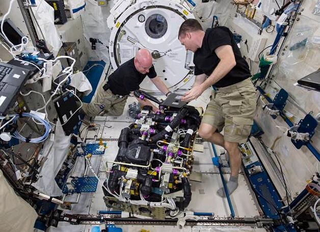 """宇航员在太空生活照公开:喝奶昔维修机器"""""""