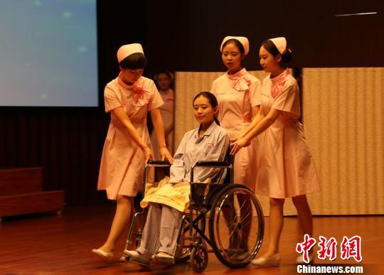 护士较量仪容 站姿 坐姿 展职业服务礼仪