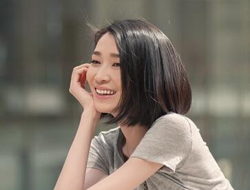 黄圣依重回母校 称从学弟学妹身上学会平静