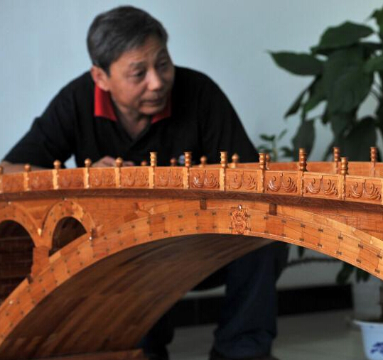 """河北农民7000余块木头手工打造""""迷你赵州桥"""""""