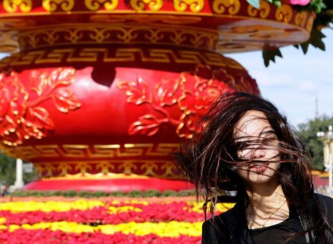 """北京/北京大风蓝色预警持续游客拍照难""""露脸"""""""