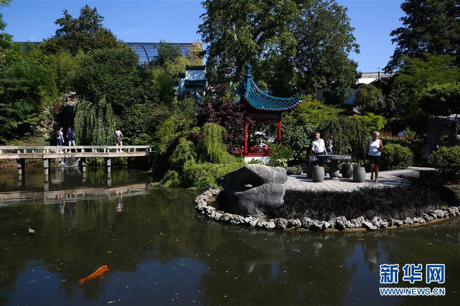 8月24日,在比利时布吕热莱特市,游客参观天堂动物园的中国园。   天堂动物园位于比利时首都布鲁塞尔西南约60公里的埃诺省布吕热莱特市,被誉为比利时最美的动植物园。这座动物园将世界各地代表性的建筑风格进行融汇,不仅让参观者可以了解到不同地域的文化特色,更为生活在这里的动物很大程度上提供了近似它们原生态环境的家。   新华社记者 郑焕松 摄